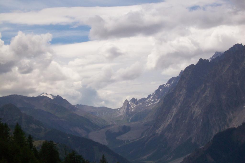 La Val Veny e la caratteristica forma della morena del ghiacciaio Miage