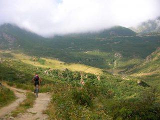 prima di arrivare all'Alpe Sella con in fondo il tratto della nuova strada che porta all'Alpe della Sella Vecchia