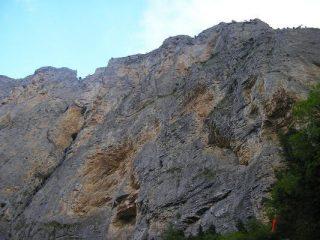 La parete con l'attacco della via (freccia rossa)
