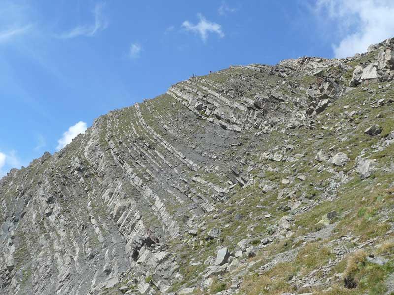 La caratteristica roccia stratificata della cima.