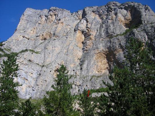 La parete con l'attacco della via (freccia rossa).