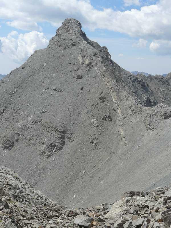 Il versante-crestone lungo il quale si snoda la traccia di salita.