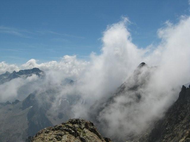 Dalla cima un'Argentera coperta di nubi