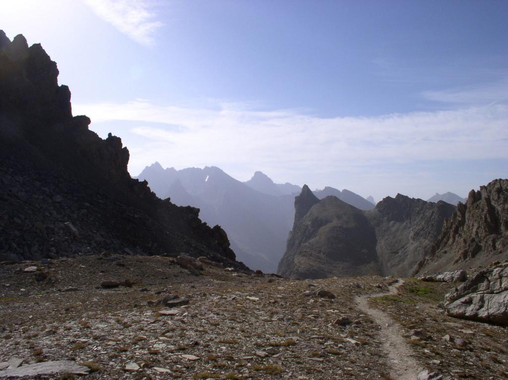 risalendo il vallone di Houerts , sullo sfondo il gruppo dello Chambeyron