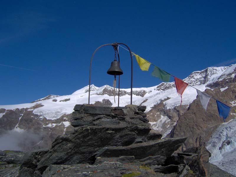 La campana dell'anticima con il Castore sullo sfondo
