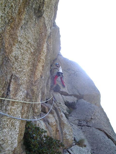 Paolo impegnato nel traverso che esce sulla cengia alla base del diedro (L2)