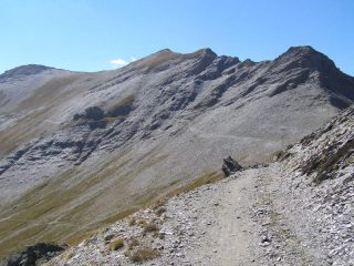 Dal Colletto, il traverso per raggiungere il Monte Bellino, al centro della foto