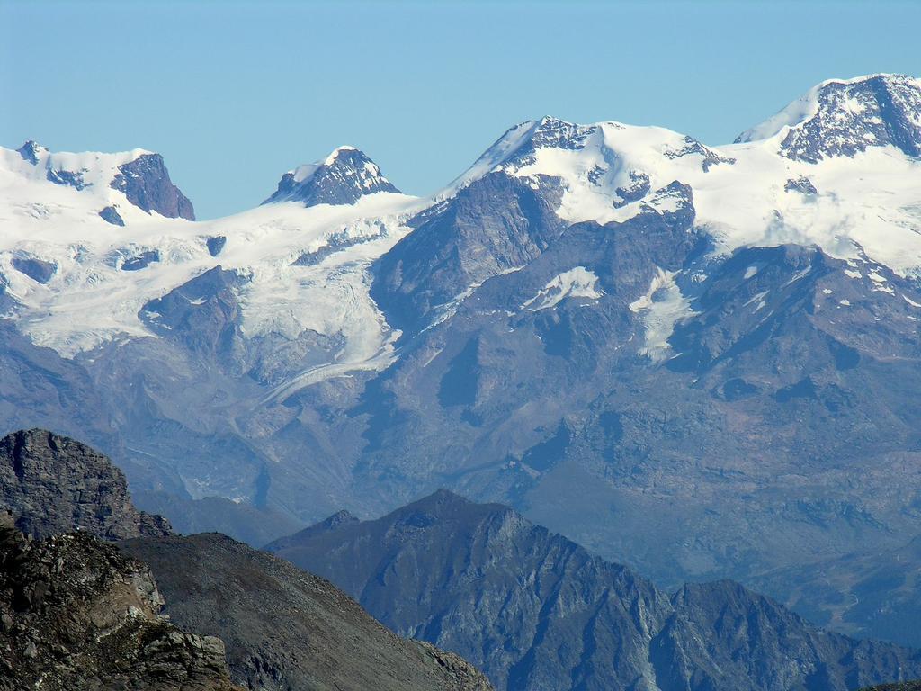 panorami osservati dalla cima : Gruppo del Monte Rosa, dalla Roccia Nera m. 4075 al Castore m. 4227 (da sinistra a destra) (9-9-2007)
