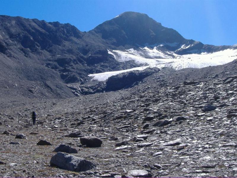 ciò che resta del ghiacciaio e la cima sullo sfondo