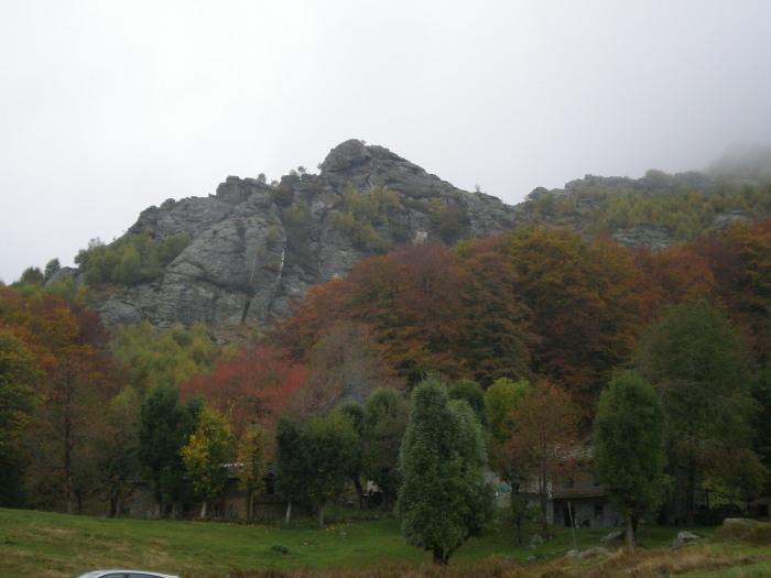 le strutture rocciose viste dal parcheggio