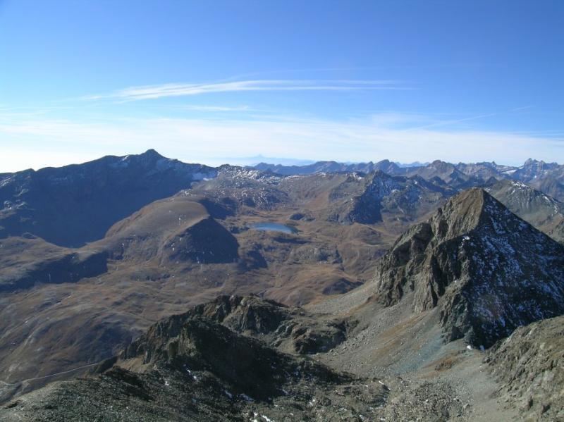 Panorama dalla vetta verso sud; sullo sfondo il Monviso