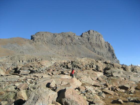 la parte superiore dell'itinerario -poco sopra la baita- con la vetta del monte Avic a dx