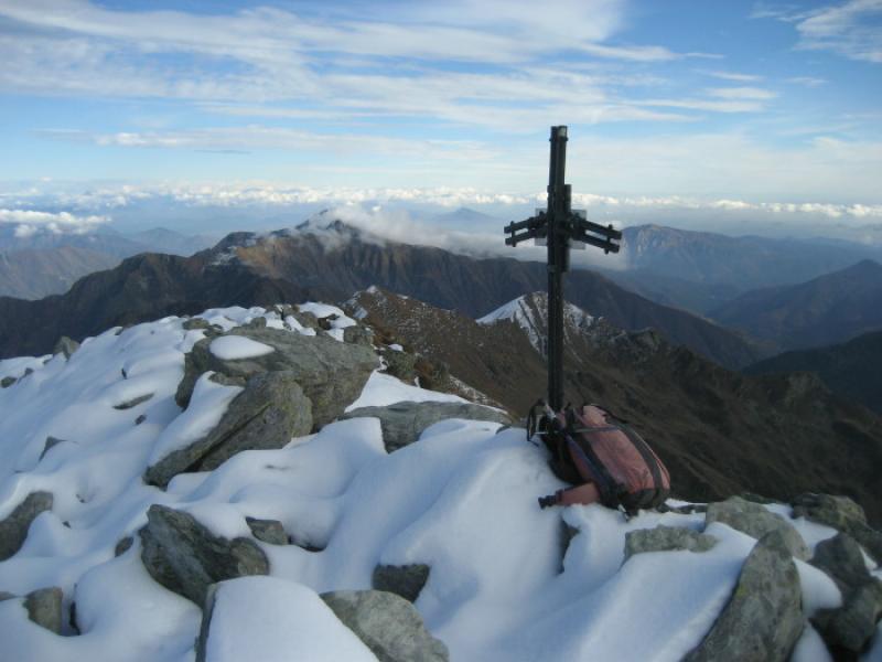 Sulla cima Ronda, dietro la croce la cima Ravinella, dove inizia il percorso di cresta