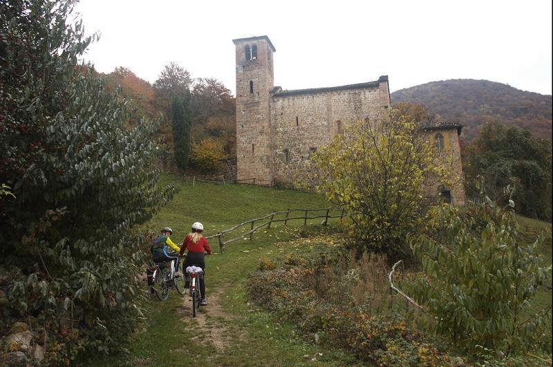 Anna e Irene alla chiesa di Torello.