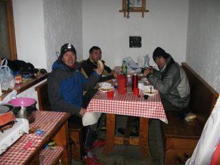 a cena nella sala da pranzo del Bivacco Clermont (10-11-2007)