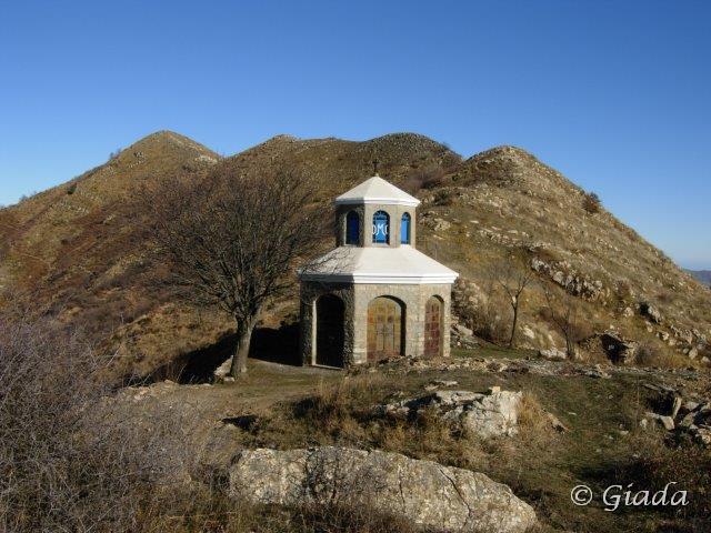 La chiesetta della Pistuna al Passo delle Tavole