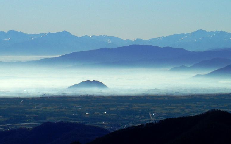 rocca di cavour tra le nebbie della piana