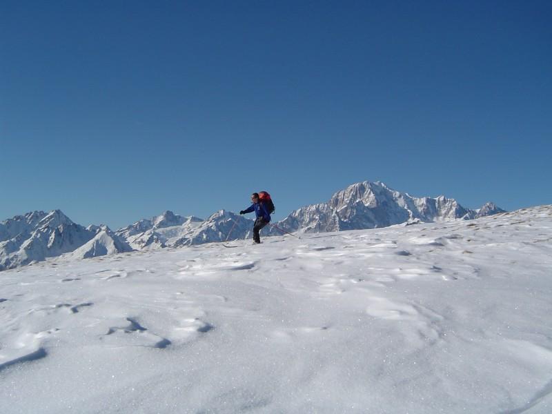 sciare con lo sfondo del Bianco