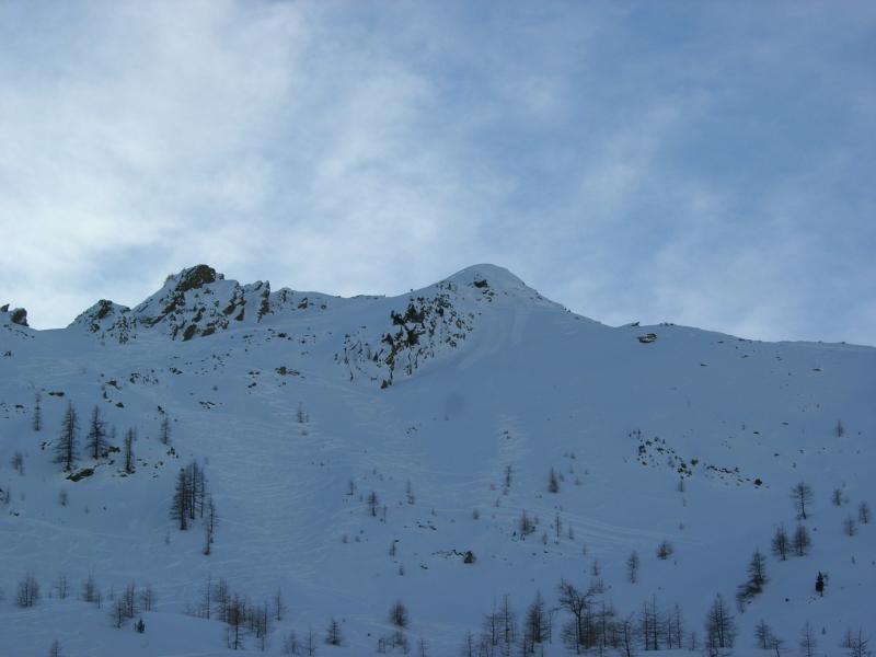 ..q.2505 m è il cucuzzolo nevoso al centro, sono visibili le tre tracce..foto m.conti