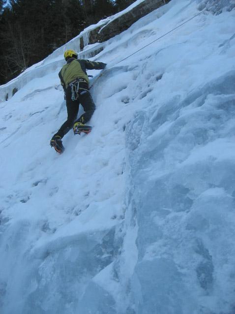 Ale libera dalla neve la cascata