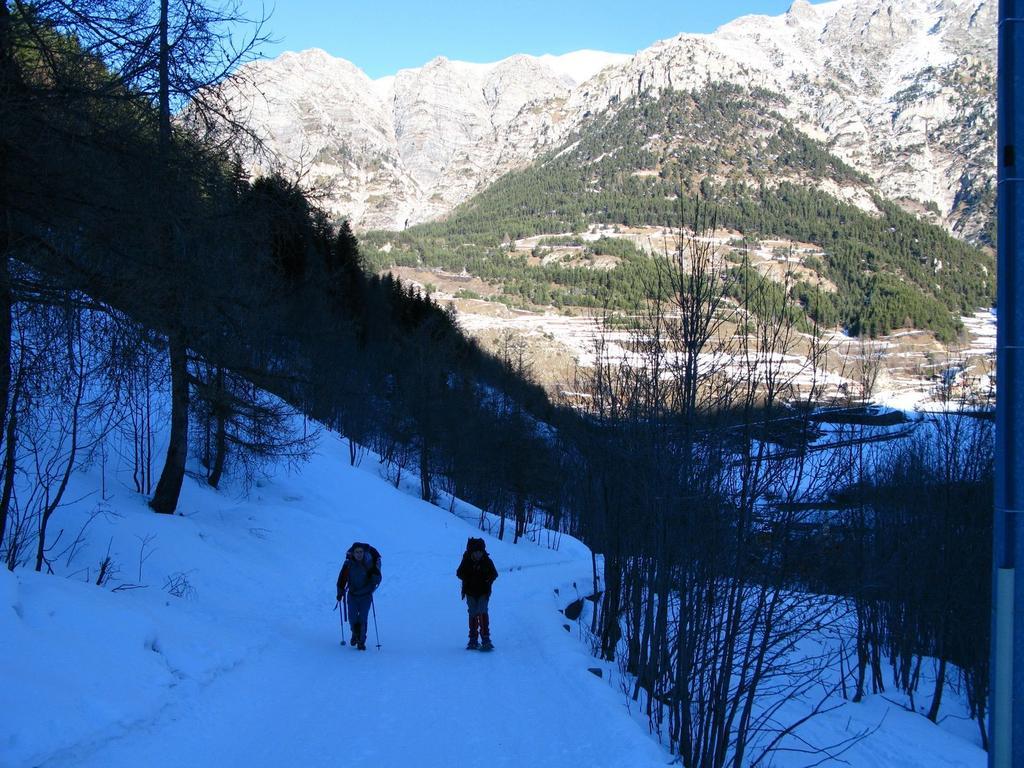 Davide e Giorgio salgono nel primo tratto del Vallone del Piz (29-12-2007)
