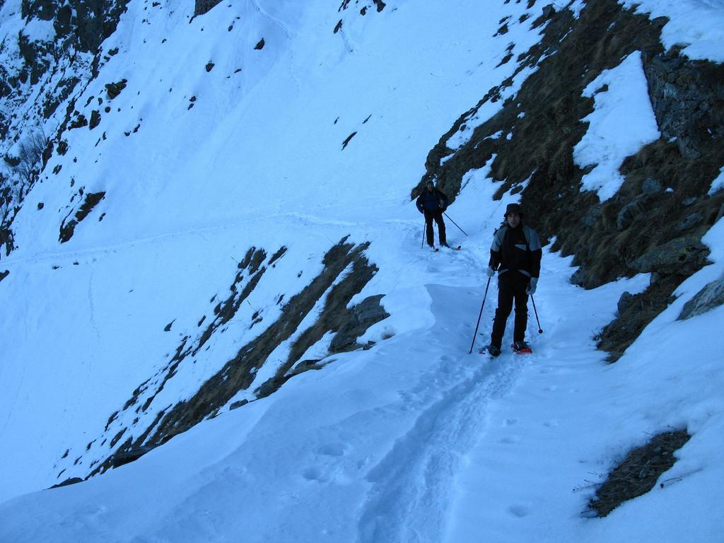 Giorgio e Luca sul sentiero che porta al Passo delle Scolettas (30-12-2007)