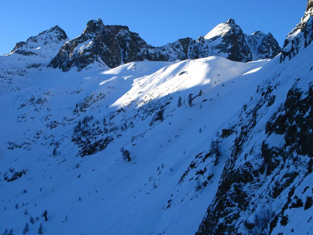 dalla Punta di Schiantalà alla Rocca Rossa, visti dal Passo delle Scolettas (30-12-2007)