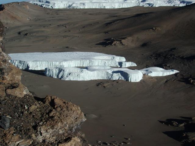Un ghiacciaio nell'immenso cratere
