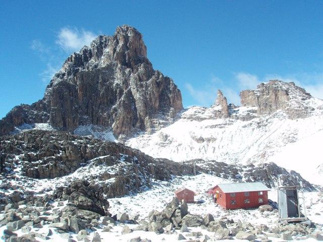 L'Austrian Hut con alle spalle il possente Nelion!