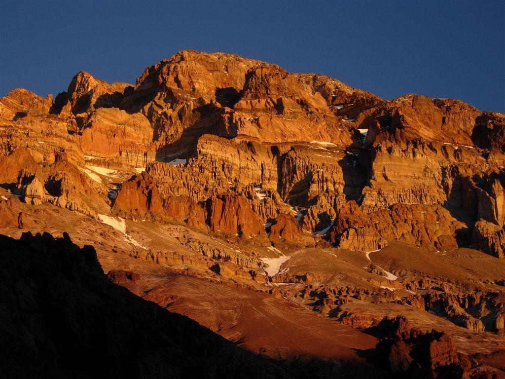 la parete ovest dell'Aconcagua nei colori del tramonto
