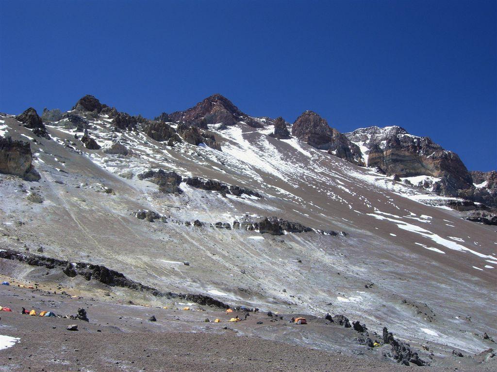 la cima con il gran traverso e la canaleta dal Campo Nido de Condores a 5560m.
