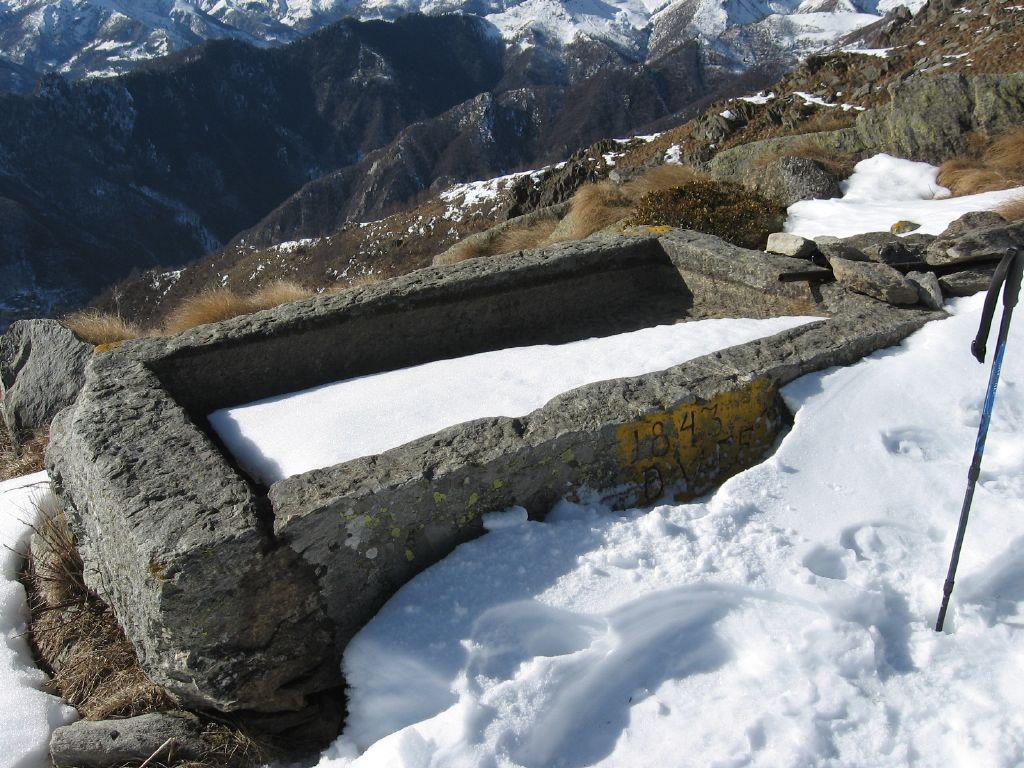 La bella vasca in pietra dell'alpe Colmetto