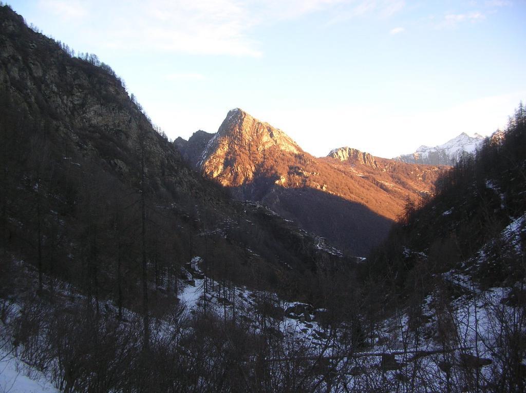Il primo tratto di sentiero che da Crest sale al Santuario di Retempio.
