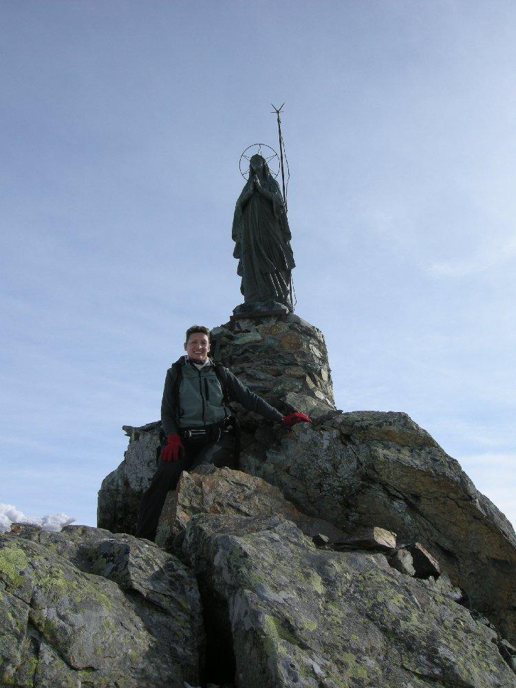 antonella accanto alla statua di vetta