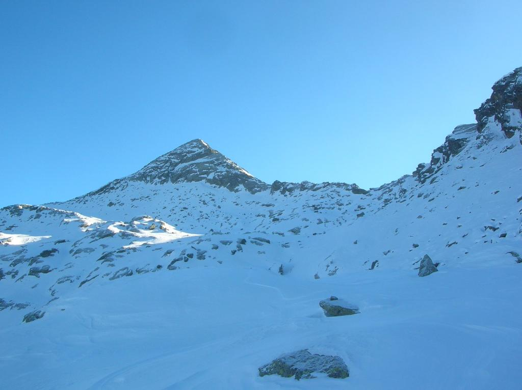 La piramide della Punta Dondogna (2550m) ed il Colle di Valbella (2348m).