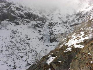 La cascata vista durante l'avvicinamento