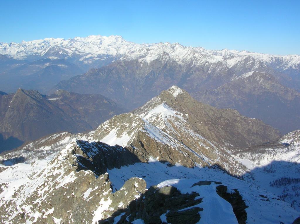 Dalla cima del Mont Debat, la costiera che separa il V.ne della Brenve, a sin., dal V.ne del Rio Fer della Moja (o V.ne di Outrefer), sulla des.