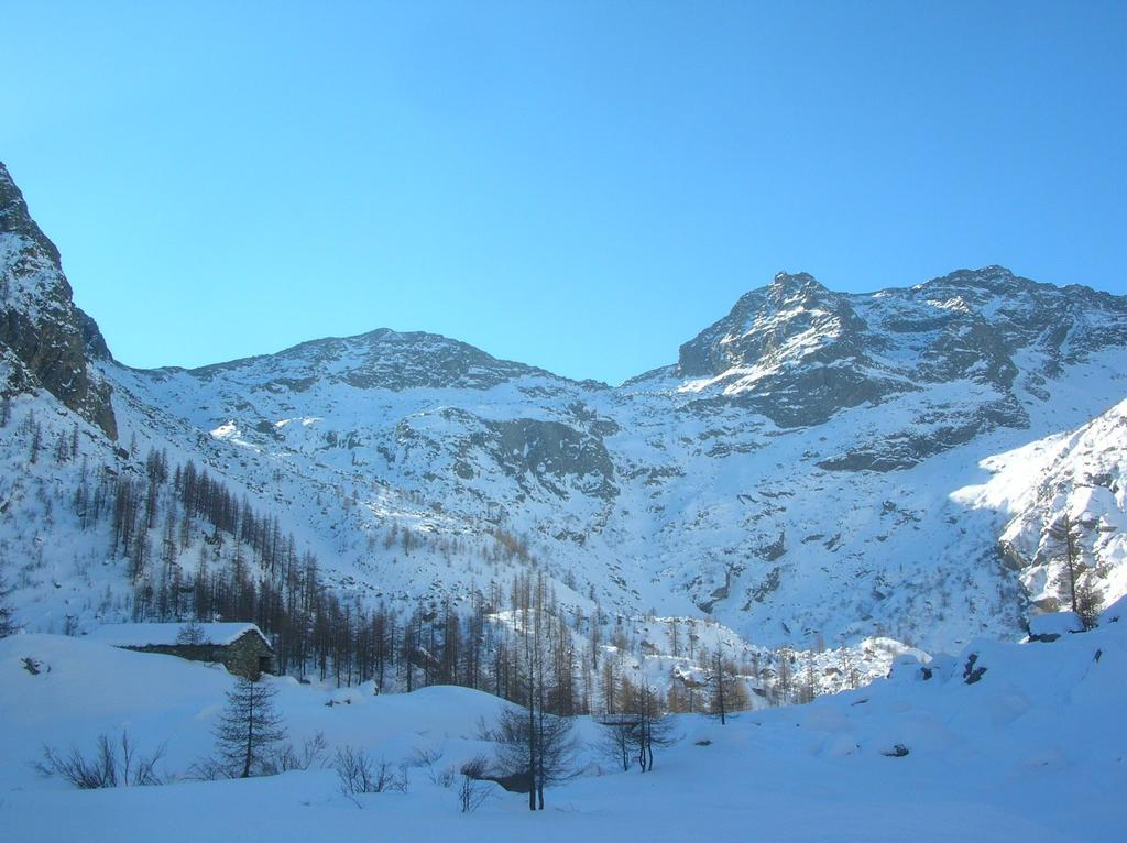 L' Alpe la Moja (1745m). Sullo sfondo, da sinistra a destra, il Bocchetto della Finestra (2309m), la Cima di Andelmel (2447m), il Bocchetto di Andelmel (2350m) e la Punta Vailet (2613m).