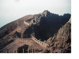 Il percorso obbligato attorno al cratere..