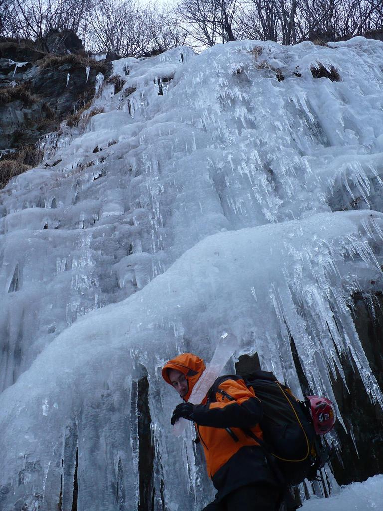 el sendero alla base della seconda cascata