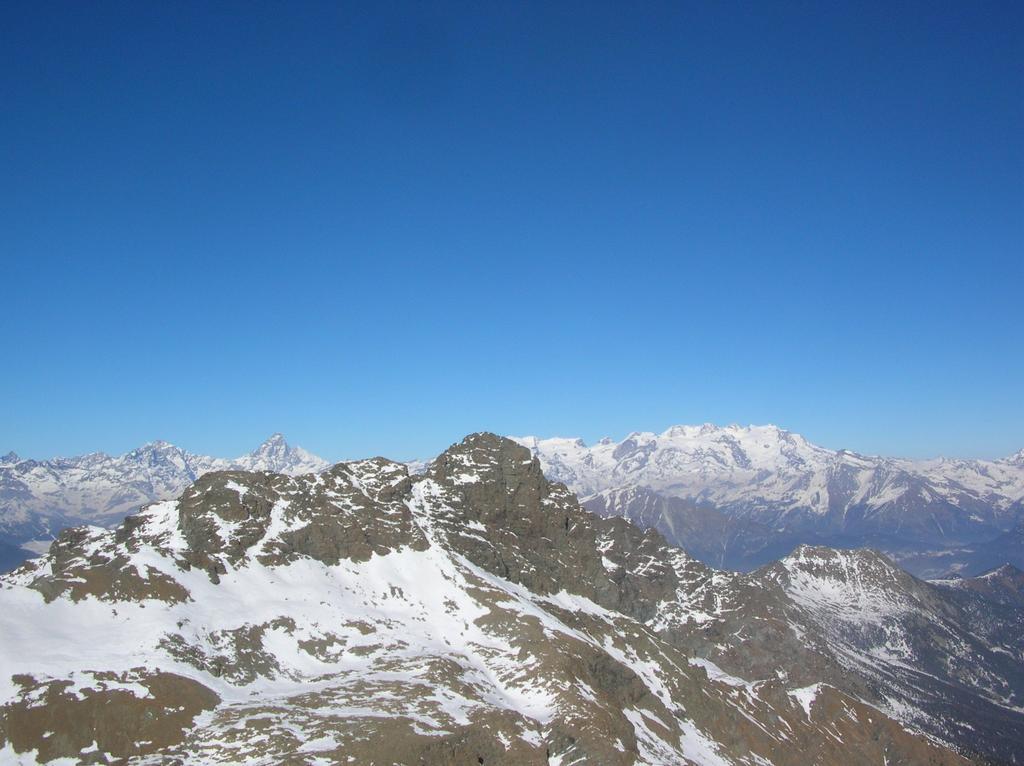 L' Avic dalla sommità dell' Ivertaz. Sullo sfondo Grandes Murailles, Cervino e Monte Rosa.