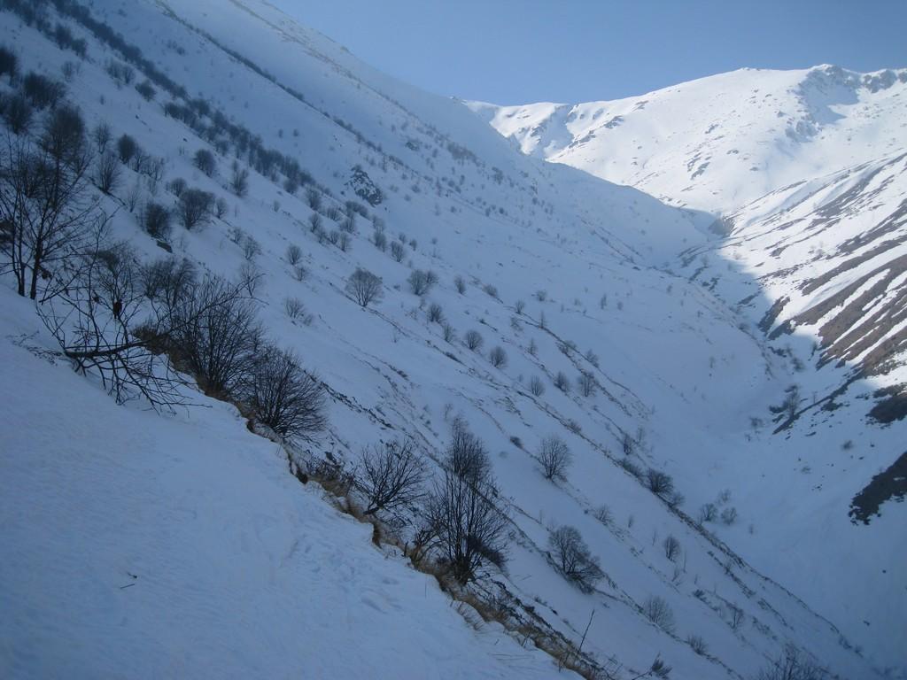 il lungo traverso per raggiungere il fondo del vallone