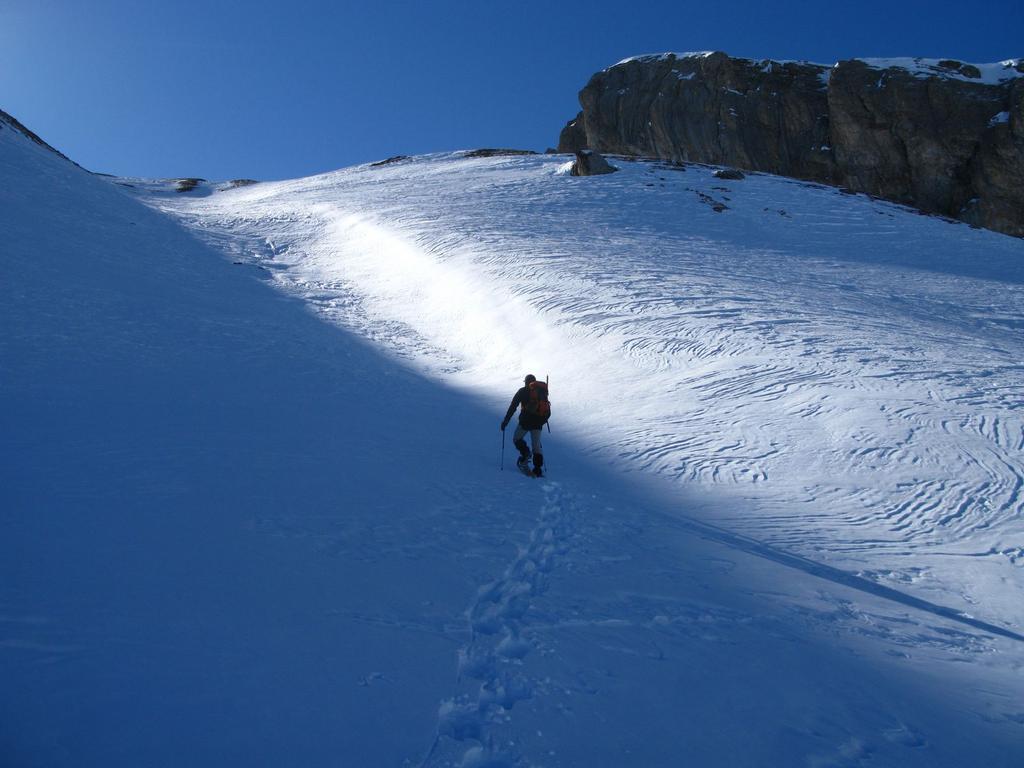 Roberto sale lungo il pendio-canale del versante Nord-Est del Bodoria (17-2-2008)