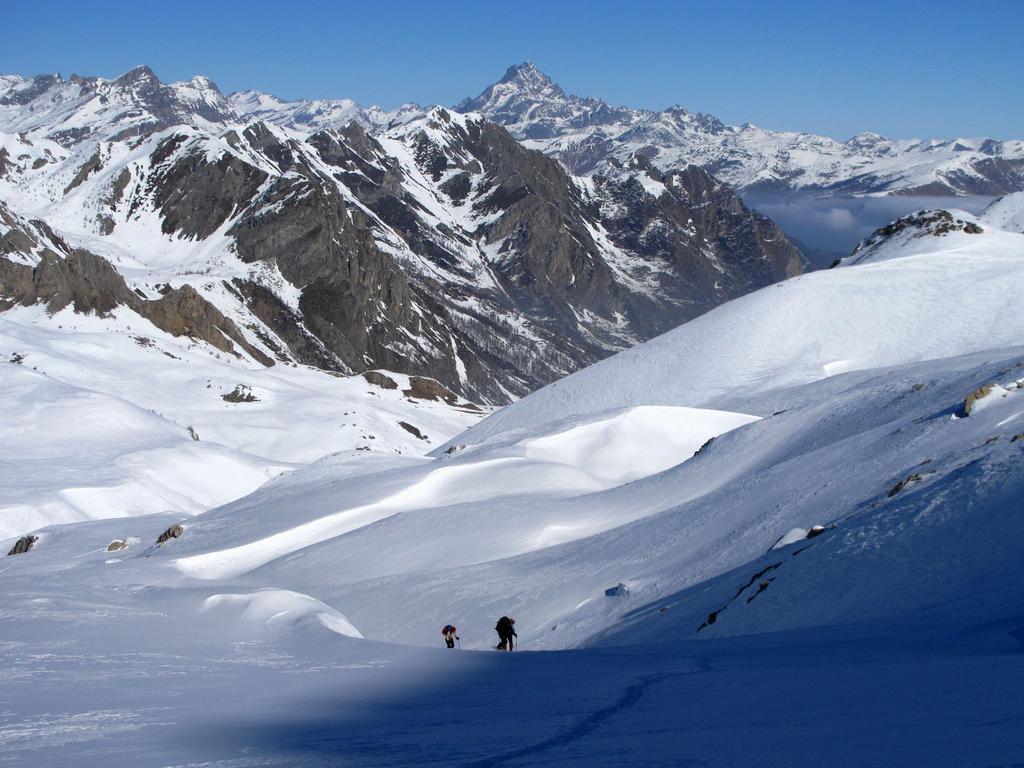 Gianfranco e Rita salgono lungo il versante Nord-Est del Monte Bodoira (17-2-2008)