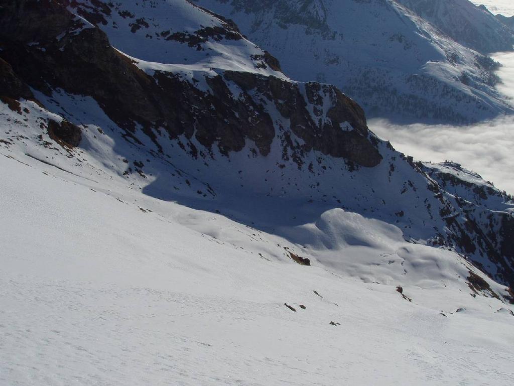 Il pendio superiore dalla vetta, a destra il traverso che porta nel vallone di Bringuez