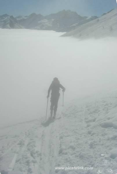 un fantasma esce dalle nebbie...foto m.conti