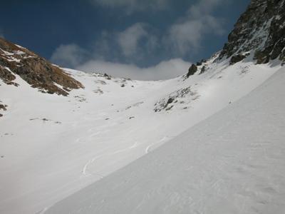 Dopo la barra rocciosa il traverso che conduce alla base del colle Pillonet