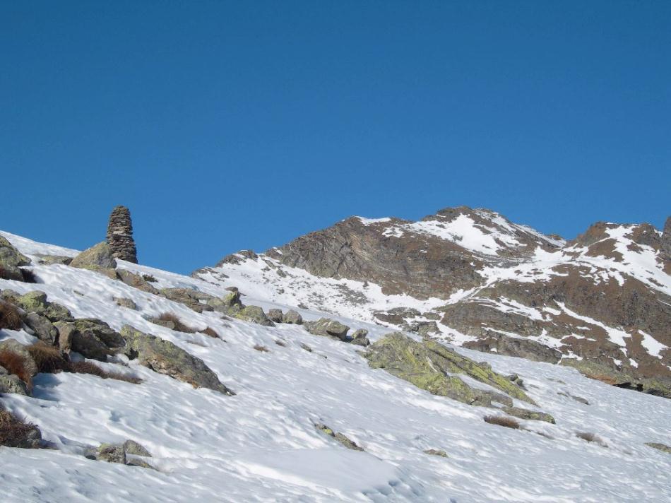 il grande ometto della cima e sullo sfondo la cima Bonze