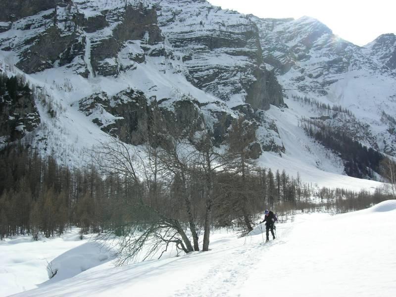 un pallido sole investe la valle..in questa giornata che nessuno potrà dimenticare...foto marco conti