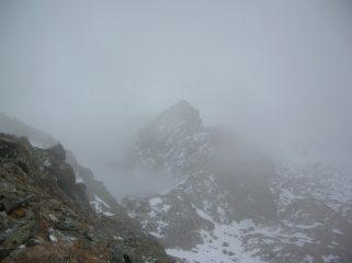 Nella nebbia il colletto ad ovest del Mont Ours, dove termina la Grande Gorge, cresta ovest e sommità del Mont Ours fotografati dal versante sud-est dell' Envers du Lac Gelé.